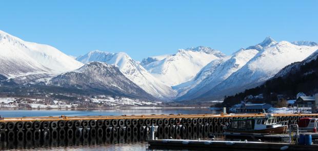 Utsikt fra Åndalsnes på snødekte fjell