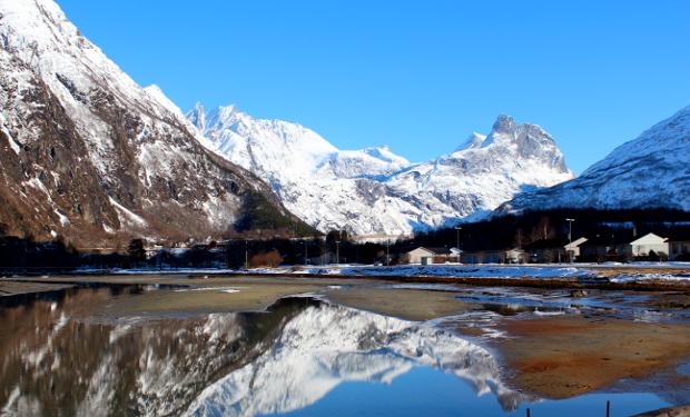 Fjell speiler seg i vann - Romsdalshorn og Rauma ved Åndalsnes