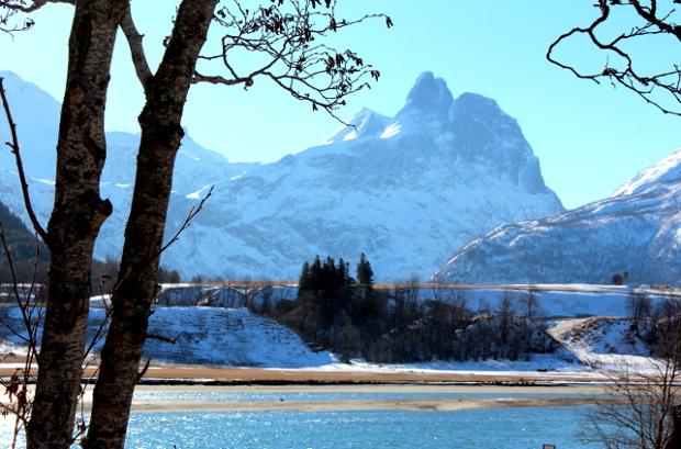 Romsdalshorn med Rauma i forgrunn - blå fjell
