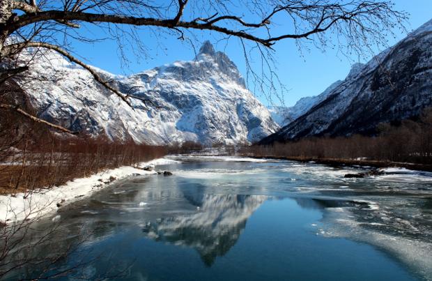 Romsdalshorn speiler seg i Rauma med is