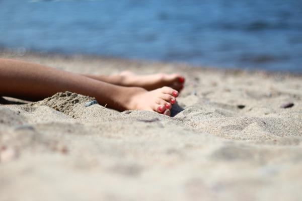 Døsende føtter i sanden