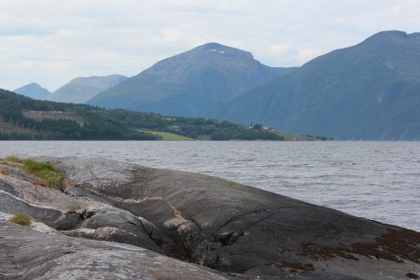Grå berg ved Aresvikfjorden og Tustna i bakgrunn