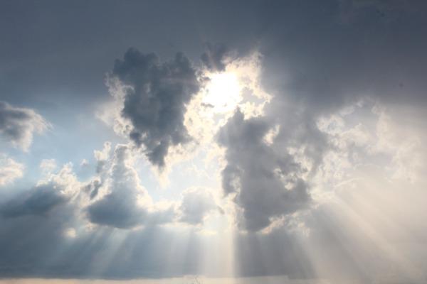 Sollys trenger gjennom skyene etter torden