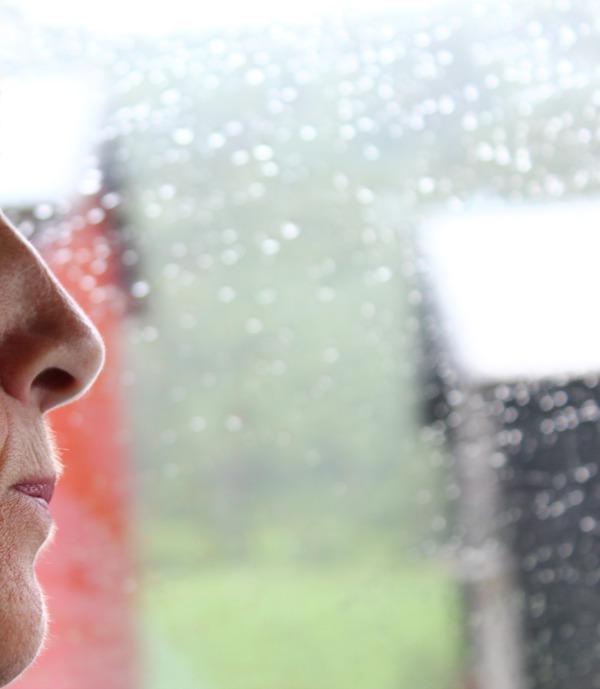 På bilreise i regn