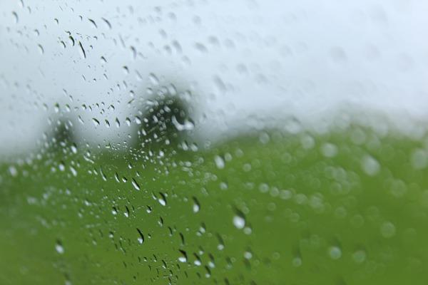 Regndråper på bilruta
