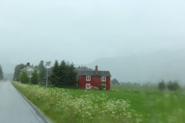 Rødt hus i regnvær